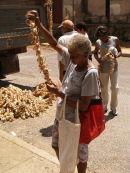 Buying garlic, Vinales